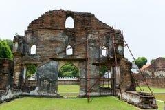 Acero del andamio apoyado para la reparación arqueológica imagenes de archivo