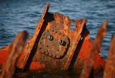 Acero oxidado en el mar fotos de archivo