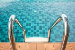 Acero para la manija en la piscina Imagenes de archivo