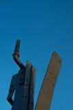 Acero viejo aislado en el cielo azul imagen de archivo
