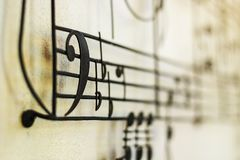 Acero viejo de Bass Clef de la clave de F en la pared vieja con la nota de la música azul fotos de archivo