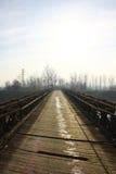 Acero viejo y puente de madera en el medio del campo Foto de archivo libre de regalías