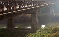 Acero viejo y puente de madera en el medio del campo Fotos de archivo libres de regalías