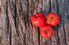 Acerolafrucht auf hölzernem Hintergrund Lizenzfreie Stockfotografie