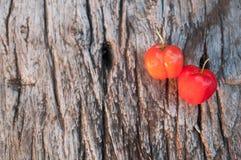 Acerolafrucht auf hölzernem Hintergrund Stockfoto