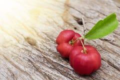 Acerolafrucht auf hölzernem Hintergrund Lizenzfreies Stockfoto