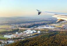 Acerqúese al aeropuerto internacional de Francfort con la visión a la estación del aceite Imagen de archivo libre de regalías
