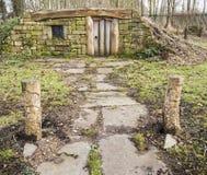 Acerqúese a un hogar de Hobbit en el bosque Imagen de archivo libre de regalías
