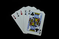 Aces de la casa llena por completo de reyes de tarjetas en juego de póker contra fondo negro foto de archivo libre de regalías