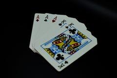 Aces de la casa llena por completo de reyes de tarjetas en juego de póker contra fondo negro fotos de archivo libres de regalías