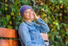 Acessório feito malha para o outono Acessório de forma do outono Sensação confortável esta queda com o chapéu à moda macio e morn fotografia de stock