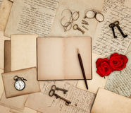 Acessórios antigos, letras velhas, relógio, rosa do vermelho Foto de Stock Royalty Free