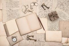 Acessórios antigos, livro aberto e letras escritas à mão velhas Imagem de Stock Royalty Free