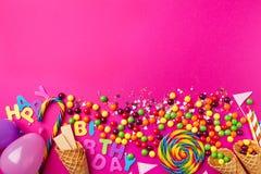 Acessórios apetitosos saborosos do partido no fundo cor-de-rosa brilhante Fotografia de Stock Royalty Free