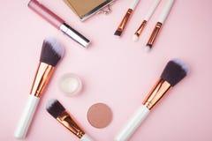 Acessórios cosméticos da composição da forma no fundo cor-de-rosa Vista superior Configuração lisa fotos de stock royalty free