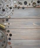 Acessórios costurando retros e acessórios para o bordado Carretéis da linha, pinos, botões, fitas nas placas brancas imagem de stock