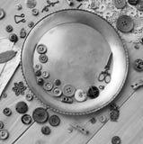 Acessórios costurando retros e acessórios para o bordado Carretéis da linha, pinos, botões, fitas nas placas brancas Copie o spas imagens de stock royalty free