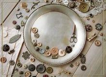 Acessórios costurando retros e acessórios para o bordado Carretéis da linha, pinos, botões, fitas nas placas brancas Copie o spas fotografia de stock royalty free