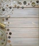 Acessórios costurando retros e acessórios para o bordado Carretéis da linha, pinos, botões, fitas nas placas brancas Copie o spas foto de stock