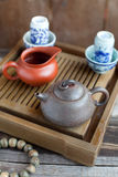 Acessórios da cerimónia de chá do chinês tradicional na tabela de chá Fotos de Stock Royalty Free