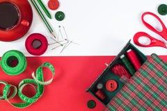 Acessórios da costura em cores vermelhas e verdes Foto de Stock Royalty Free