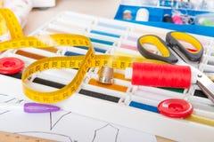 Acessórios da costura na tabela Fotografia de Stock