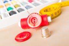 Acessórios da costura na tabela Imagens de Stock