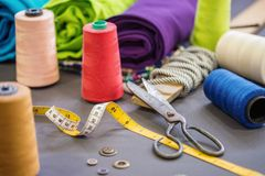 Acessórios da costura no fundo da tela Conceito de matéria têxtil Fotos de Stock