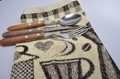 Acessórios da cozinha - utensílios da cozinha, colheres de madeira, faca, toalha Fotos de Stock