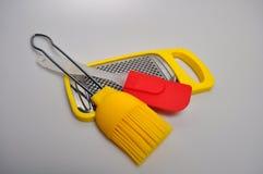 Acessórios da cozinha - utensílios da cozinha, colheres de madeira, faca, toalha Foto de Stock