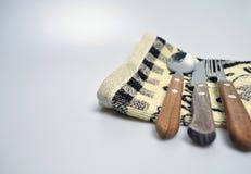 Acessórios da cozinha - utensílios da cozinha, colheres de madeira, faca, toalha Imagem de Stock Royalty Free