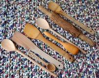 Acessórios da cozinha - utensílios da cozinha, colheres de madeira, faca, toalha Fotografia de Stock Royalty Free