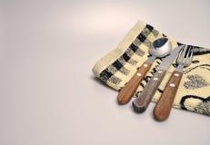 Acessórios da cozinha - utensílios da cozinha, colheres de madeira, faca, toalha Imagem de Stock
