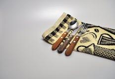 Acessórios da cozinha - utensílios da cozinha, colheres de madeira, faca, toalha Fotografia de Stock