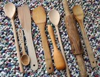 Acessórios da cozinha - utensílios da cozinha, colheres de madeira, faca, toalha Imagens de Stock Royalty Free