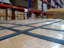 Acessórios da embalagem no local de trabalho da indústria, correia do polipropileno imagens de stock