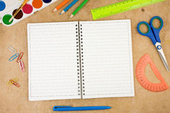 Acessórios da escola e caderno verific na madeira Fotos de Stock