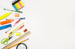 Acessórios da escola em um fundo branco stationery De volta à escola Conceito da instrução mesa colora penas, lápis, régua, alar imagem de stock royalty free