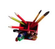 Acessórios da escola: lápis, escovas, penas em um vidro imagem de stock royalty free