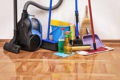 Acessórios da limpeza na sala do assoalho imagens de stock