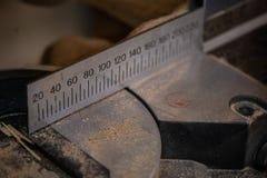 Acessórios da obra de carpintaria mostrados em uma grande ampliação Fundo escuro fotografia de stock royalty free
