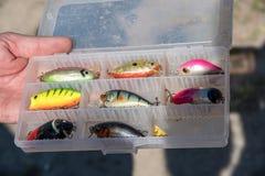 Acessórios da pesca similares aos peixes pequenos, ganchos imagem de stock royalty free