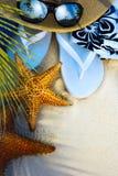 Acessórios da praia da arte em uma praia tropical abandonada Imagens de Stock Royalty Free
