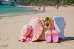 Acessórios da praia - ensaque, o chapéu de palha, óculos de sol na praia branca foto de stock royalty free