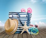 Acessórios da praia na mesa Fotografia de Stock