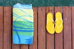 Acessórios da praia no cais Imagens de Stock Royalty Free