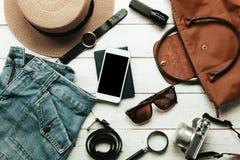 Acessórios da vista superior a viajar com conceito da roupa das mulheres ช fotografia de stock royalty free