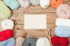 Acessórios de confecção de malhas Bolas do fio Agulhas de madeira da malha Copie o espaço Fotos de Stock Royalty Free
