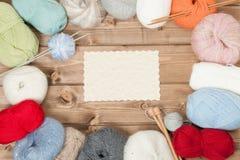 Acessórios de confecção de malhas Bolas do fio Agulhas de madeira da malha Copie o espaço Imagem de Stock Royalty Free