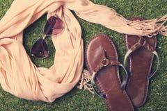 Acessórios de forma das mulheres do verão no fundo da grama Imagens de Stock Royalty Free